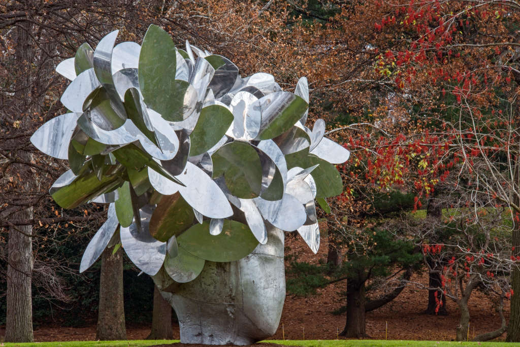181, Butterflies, a monumental work by Manolo Valdés, graced the front lawn of the Library building in 2012 .