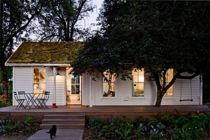 jessica-helgerson-cottage-exterior-night-gardenista