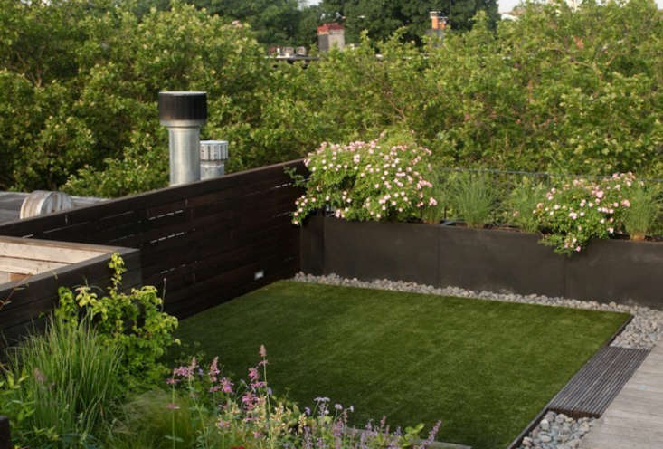 Brooklyn-based garden designer Julie Farris wanted a roof garden that could play a big role in her family's life. She chose artificial turf because it doesn't require watering or mowing, and heat and sun can&#8