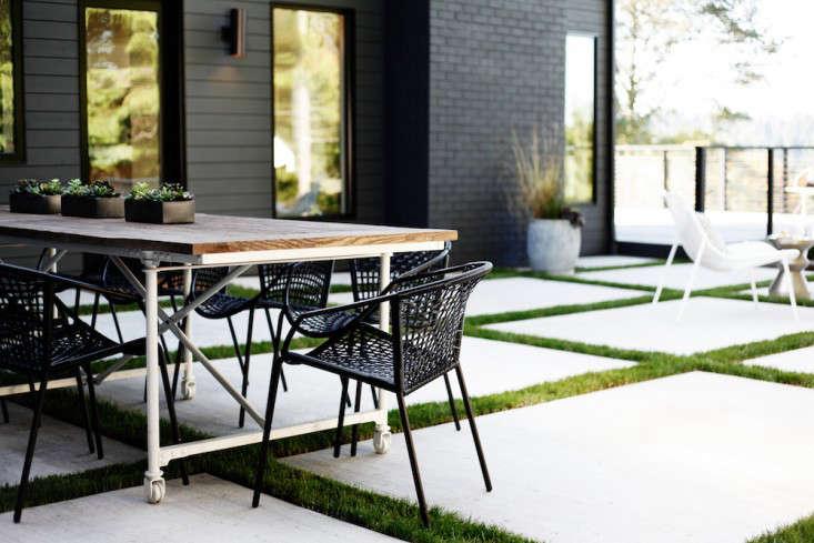 Lblack-white-patio-SDModernScandinavian7_Seattle_Bellevue_outdoor-dining-Gardenista