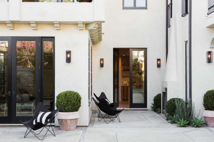 black-and-white-patio-west-Hollywood-spec-house-by-Leigh-Herzig-photograph-by-Laure-Joliet-Gardenista-38_0