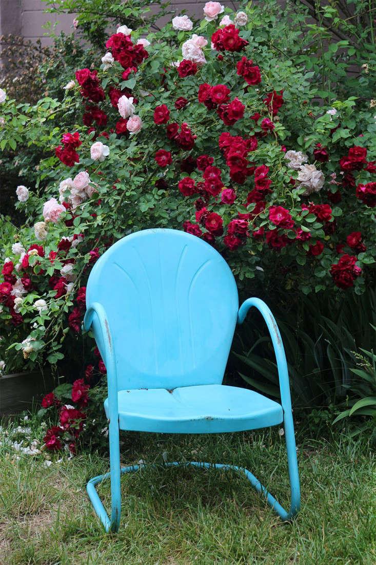 blue_metal_outdoor_lounge_chair_marieviljoen_Gardenista