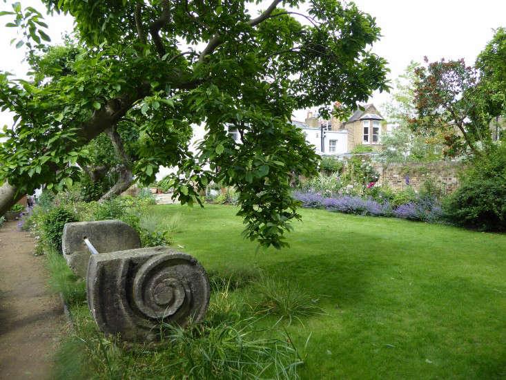 stone-bench-daisy-garnett-garden-london-gardenista