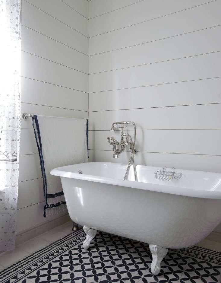 Tiina-Laakonen-bathroom-Matthew-Williams-Remodelista-733x938