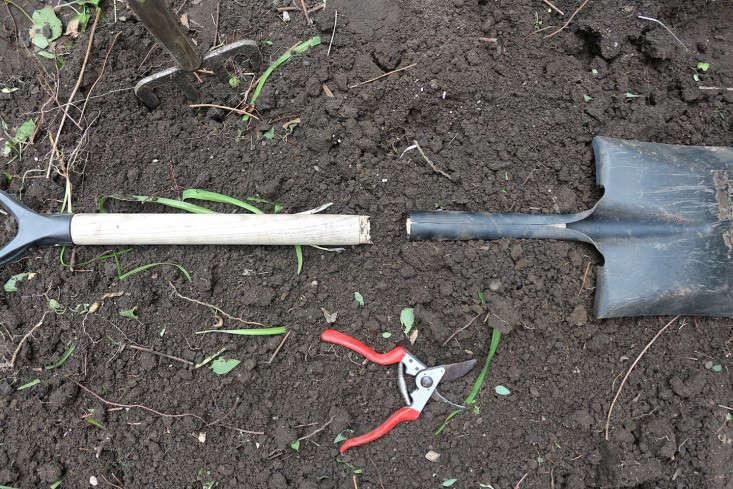 broken_spade_felco_pruners_marieviljoen_gardenista
