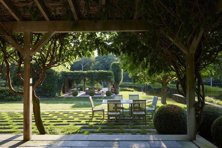 covered-patio-wisteria-bluestone-terrace-gardenista