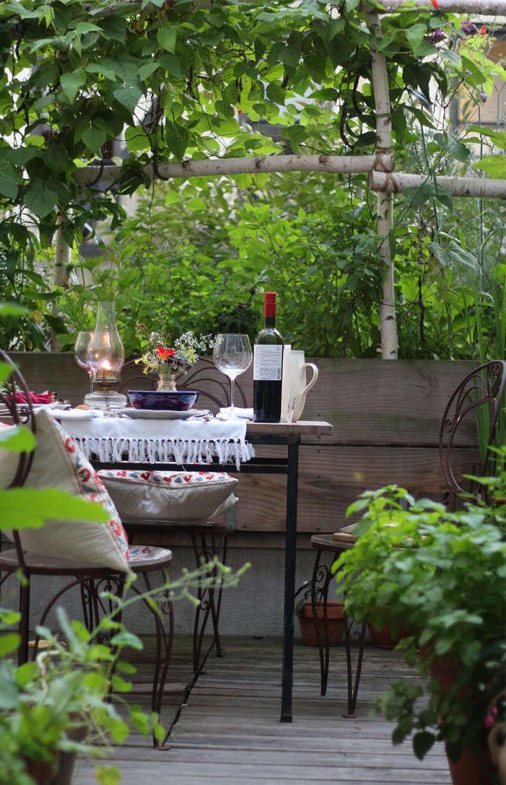 harlem_terrace_garden_dining_66_square_feet_gardenista_marieviljoen