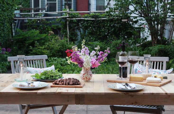 outdoor-dining-table-phlox-vase-lanterns-marieviljoen-gardenista