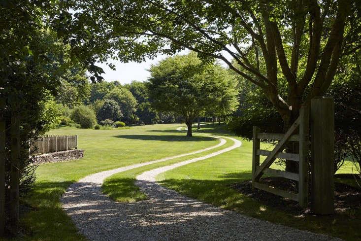 scott-mitchell-bridgehampton-landscape-garden-driveway-gate-gardenista