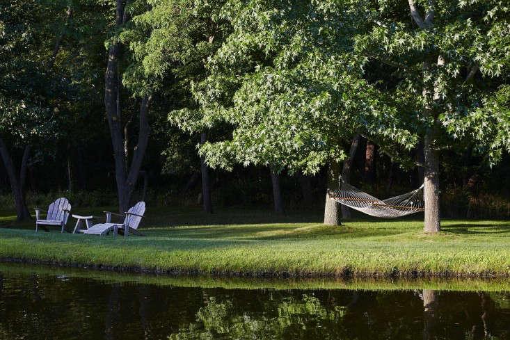 scott-mitchell-bridgehampton-landscape-garden-hammock-adirondack-chairs-gardenista