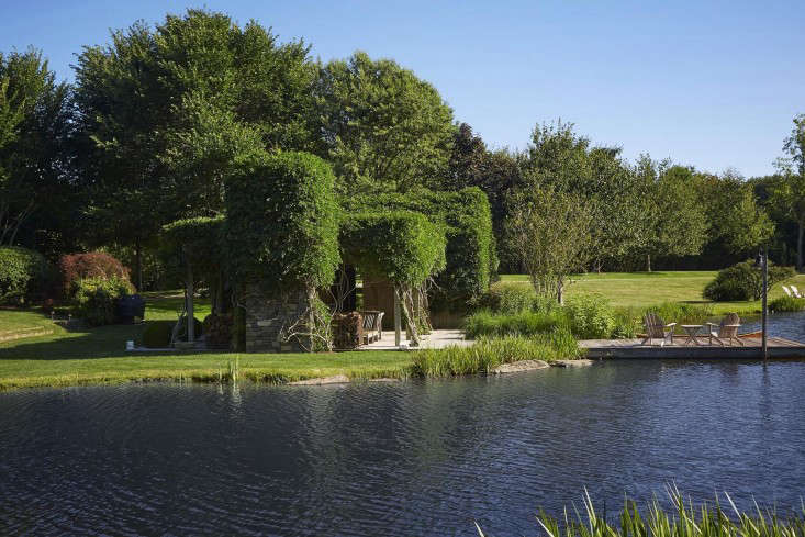 scott-mitchell-bridgehampton-landscape-garden-pond-pergola-gardenista
