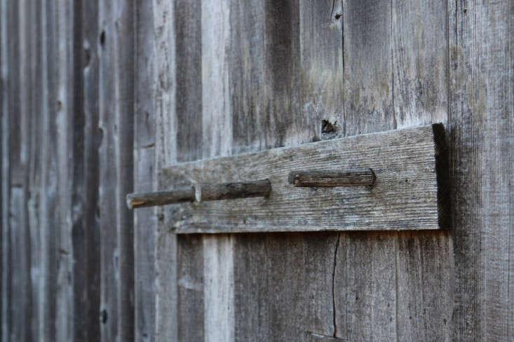 sea-ranch-wooden-peg-rail-meredith-swinehart-gardenista
