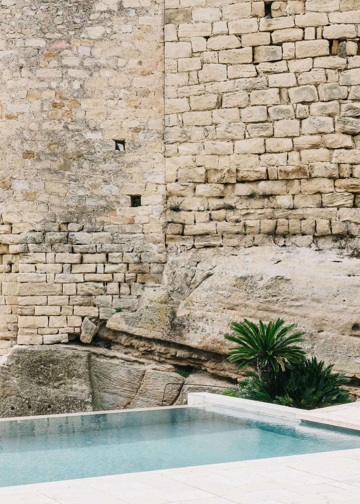 Castell-de-peratallada-pool-gardenista-3