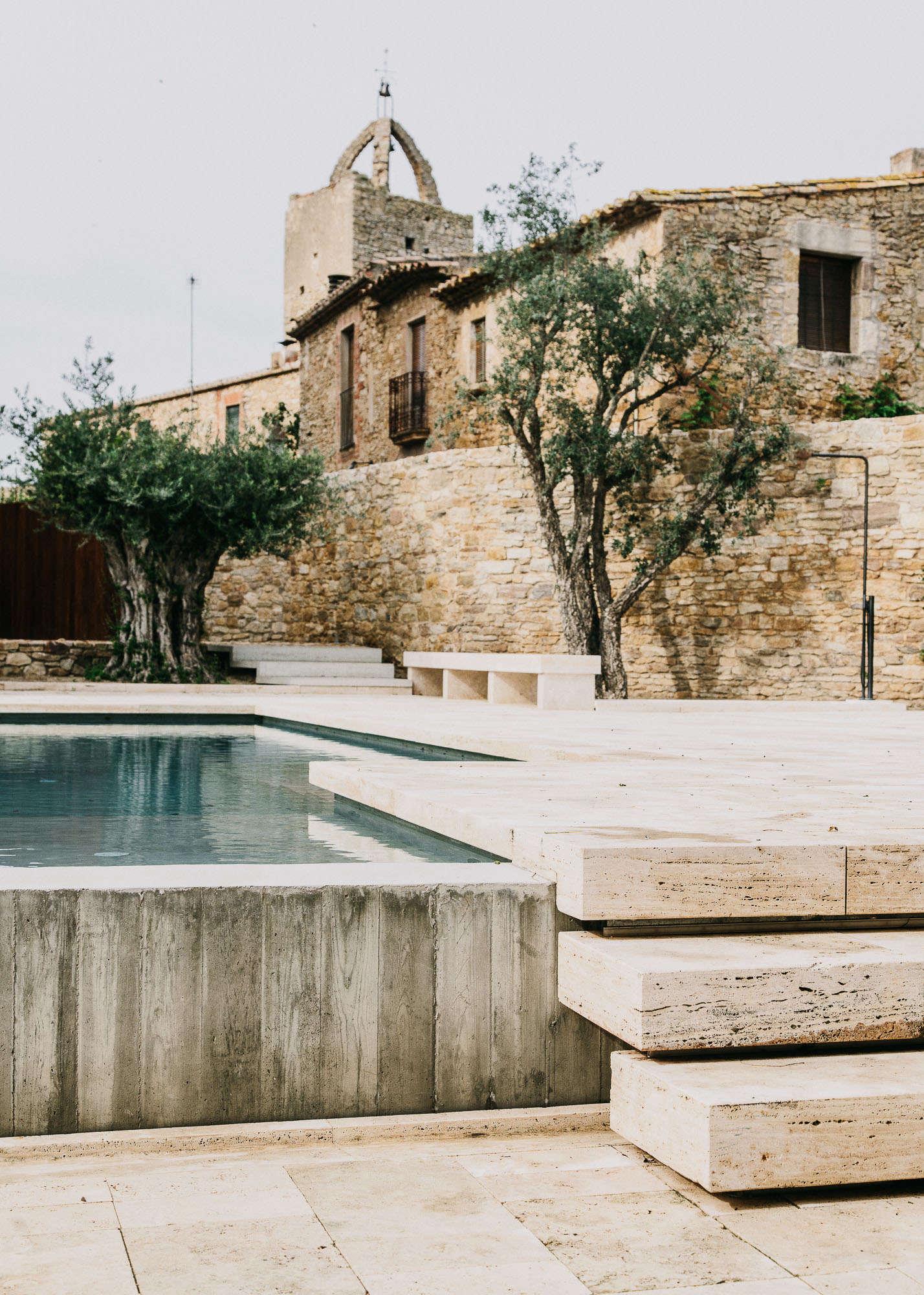 Castell-de-peratallada-pool-gardenista-4