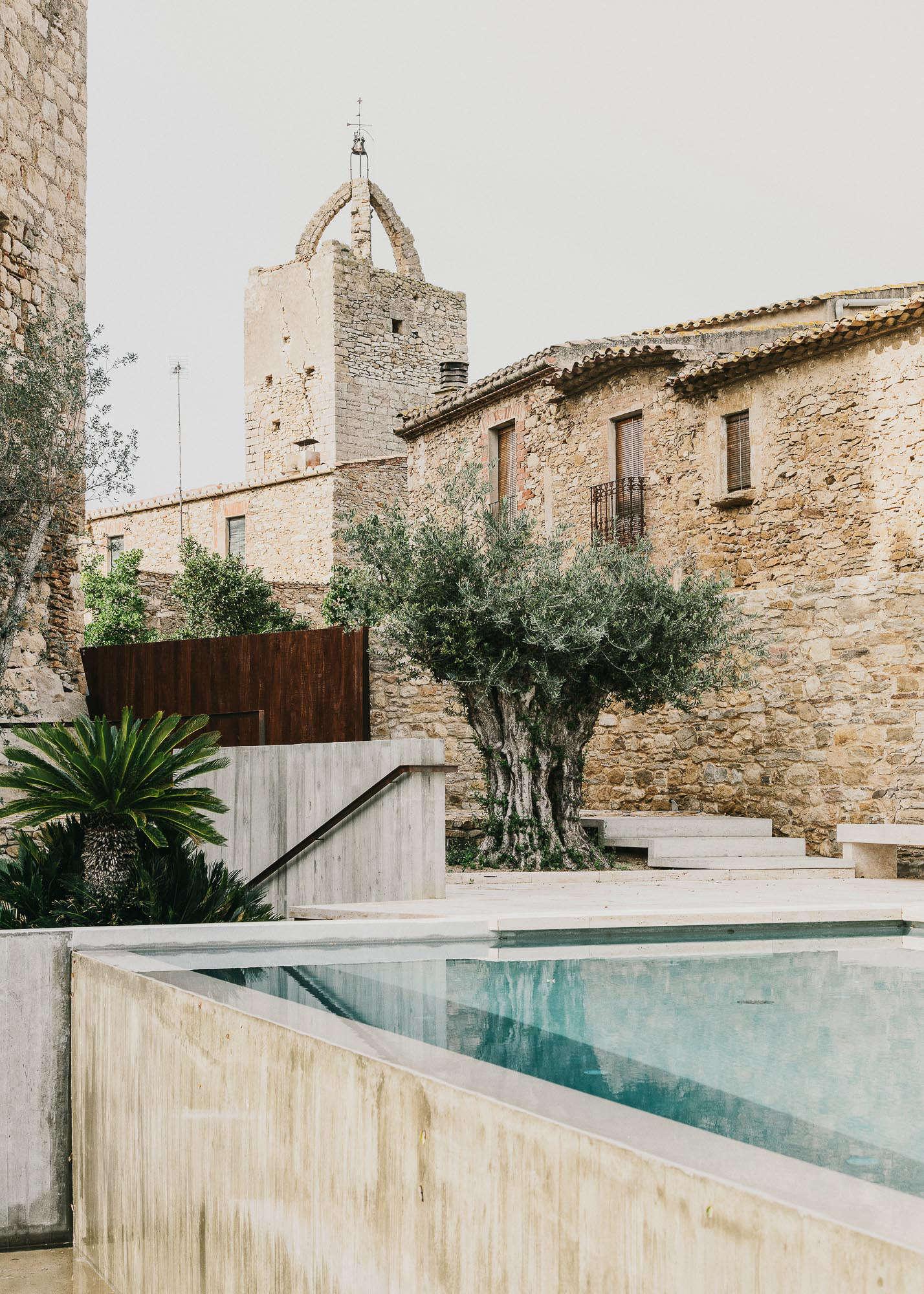 Castell-de-peratallada-pool-gardenista-8