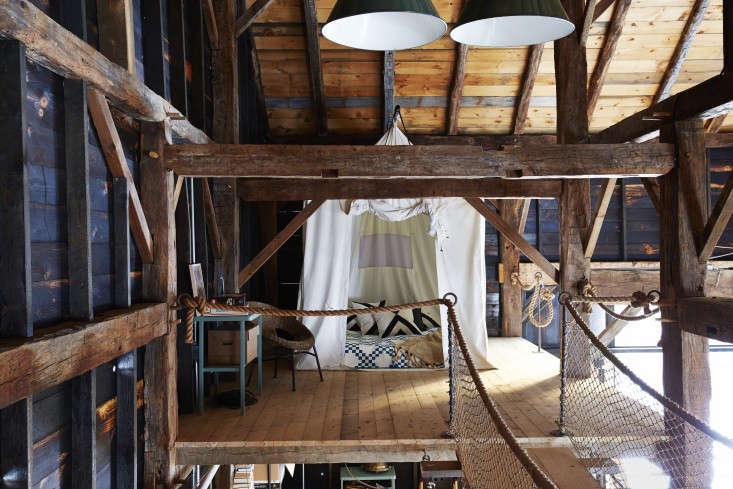 barliswedlick-barn-mosquito-netting-canopy-bed-gardenista