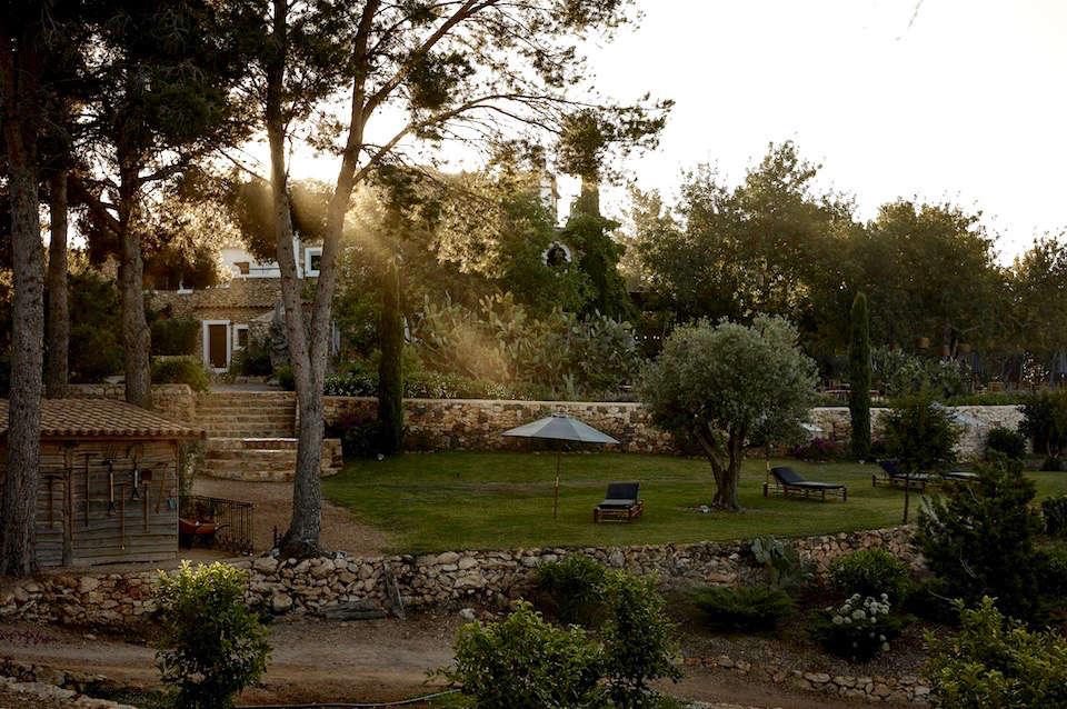 hero-hotel-La-Granja-ibiza-stone-retaining-walls-umbrella-gardenista (1)