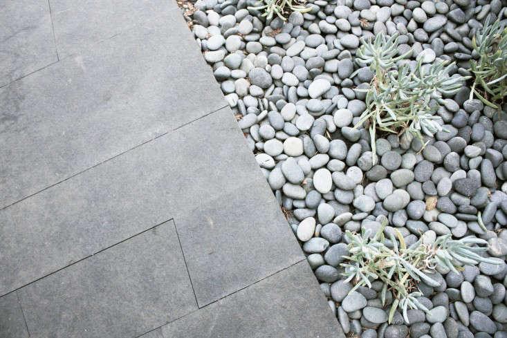 outdoor-kitchen-brennan-cox-gravel-pavers-gardenista