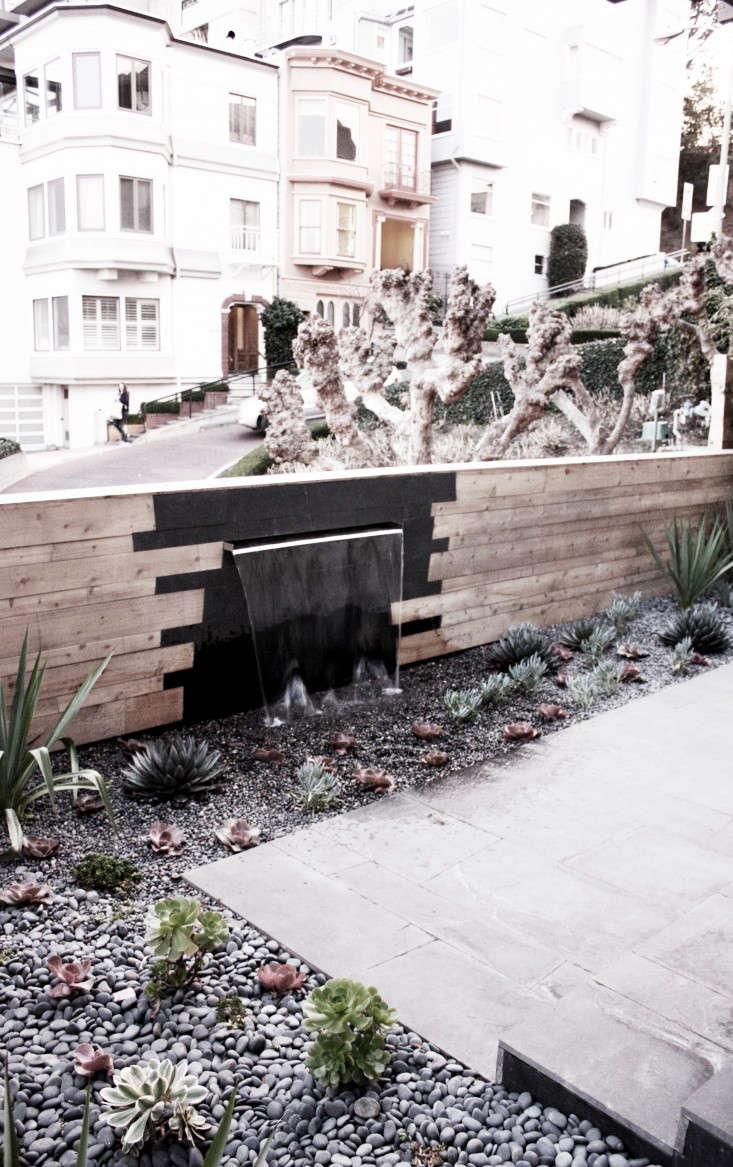 outdoor-kitchen-brennan-cox-wall-fountain-rocks-san-francisco-gardenista