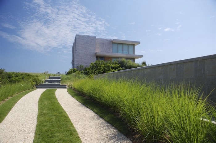 Crushed shell hardscaping isn&#8\2\17;t limited to Cape Cod–style settings. It works well at this oceanfront house in Bridgehampton, New York, by Stelle Lomont Architects, a member of the Remodelista Design Directory. Photograph by Francesca Giovanelli, Kay Wettstein von Westersheimb.