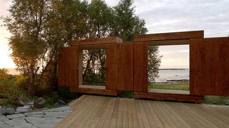 wooden-shed-sliding-doors-norway-rever-drage-gardenista