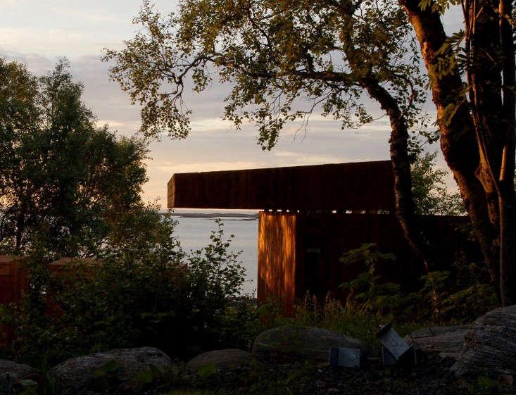 wooden-shed-twilight-dusk-norway-rever-drage-gardenista