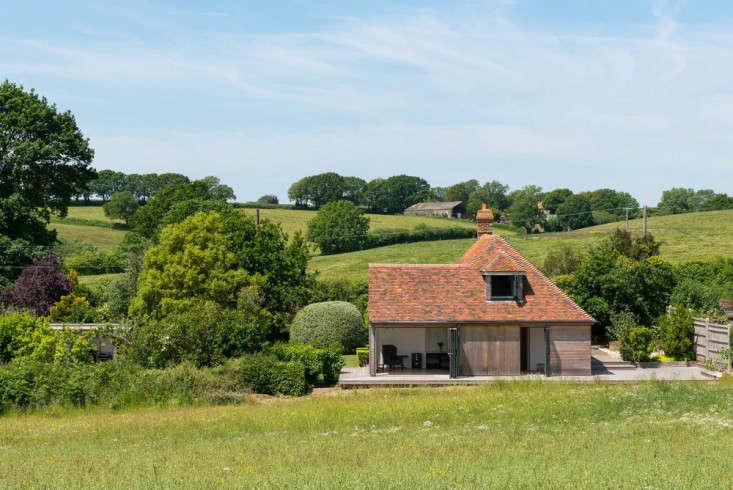 barker-shorten-east-sussex-green-fields-wraparound-deck-themodernhouse-gardenista