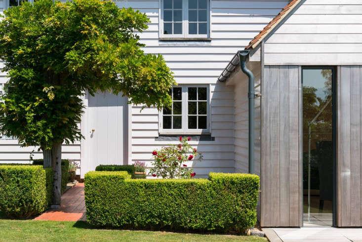 barker-shorten-east-sussex-roses-hedge-gthemodern-house-gardenista