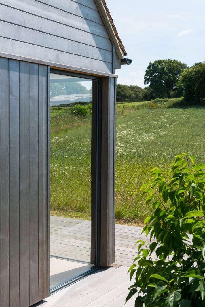 barker-shorten-east-sussex-windows-meadow-themodernhouse-gardenista (1)