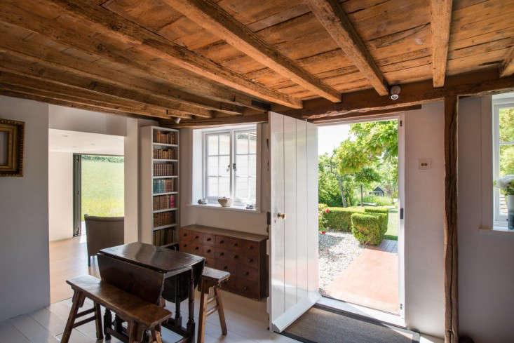 barker-shorten-east-sussex-wood-ceiling-beams-themodernhouse-gardenista