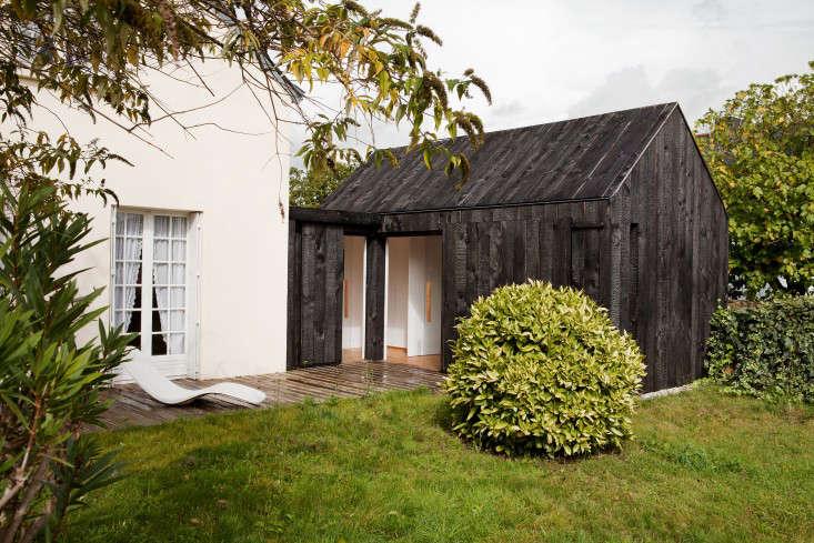 charred_cottage_gardenista_NeM_MAISON BOIS BRULE_VUE BIAIS