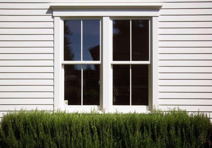 Une haie de romarin.  Photographie de Liesa Johannssen pour Gardenista, de Architect Visit: Barbara Chambers at Home in Mill Valley