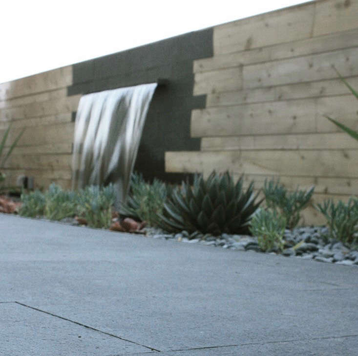 slot-fountain-outdoor-kitchen-brennan-cox-wall-fountain-gardenista