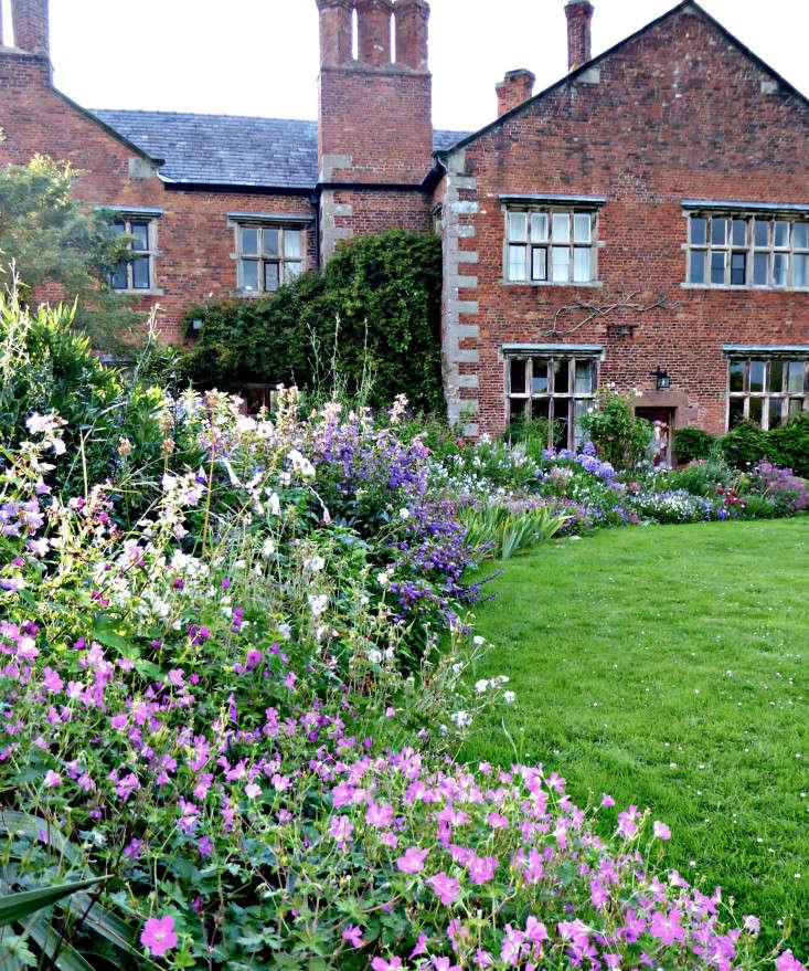tattenhall-flower-borders-plant-palettes-gardenista-1