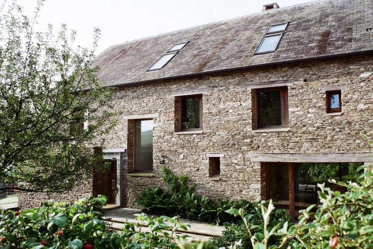 washbourne-devon-mclean-quinlan-modern-house-skylights-stone-facade-gardenista