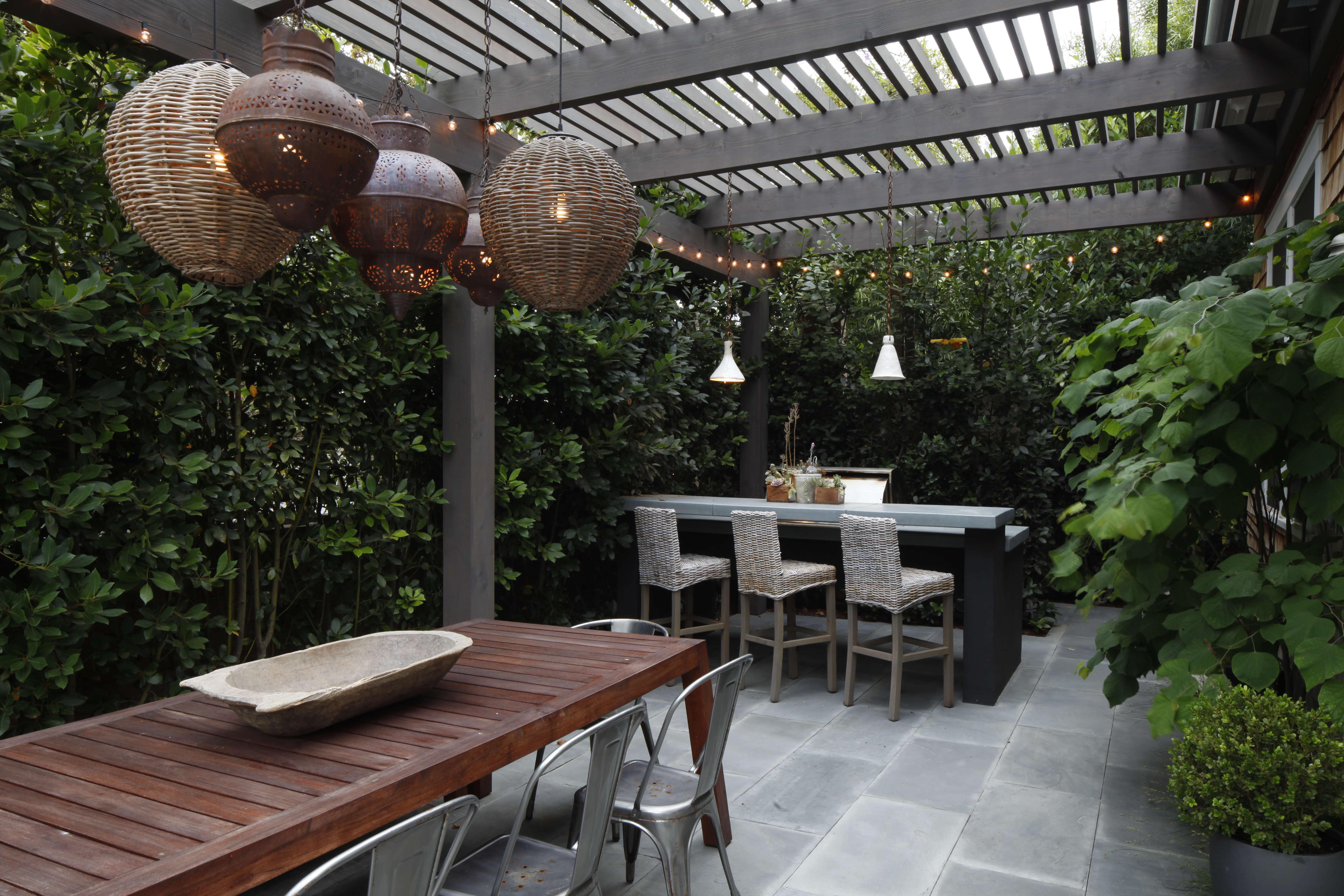 Mark-Tessier-pacific-palisades-garden-pergola-lanterns-dining-table