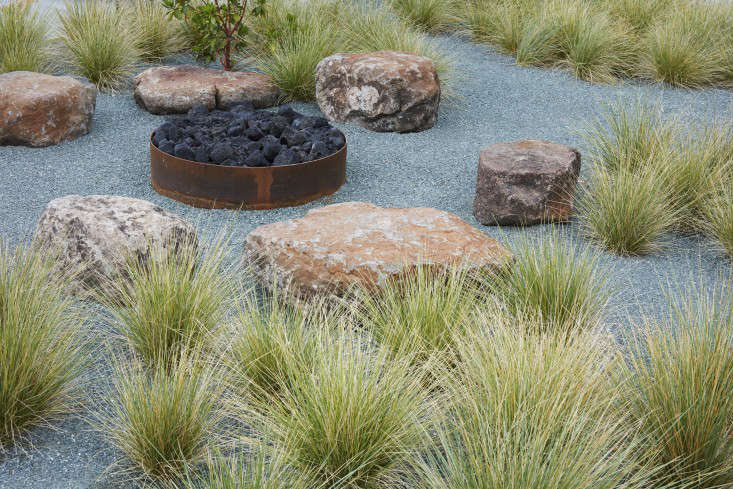 Sonoma fire pit with grasses and boulders designed by Terremoto.