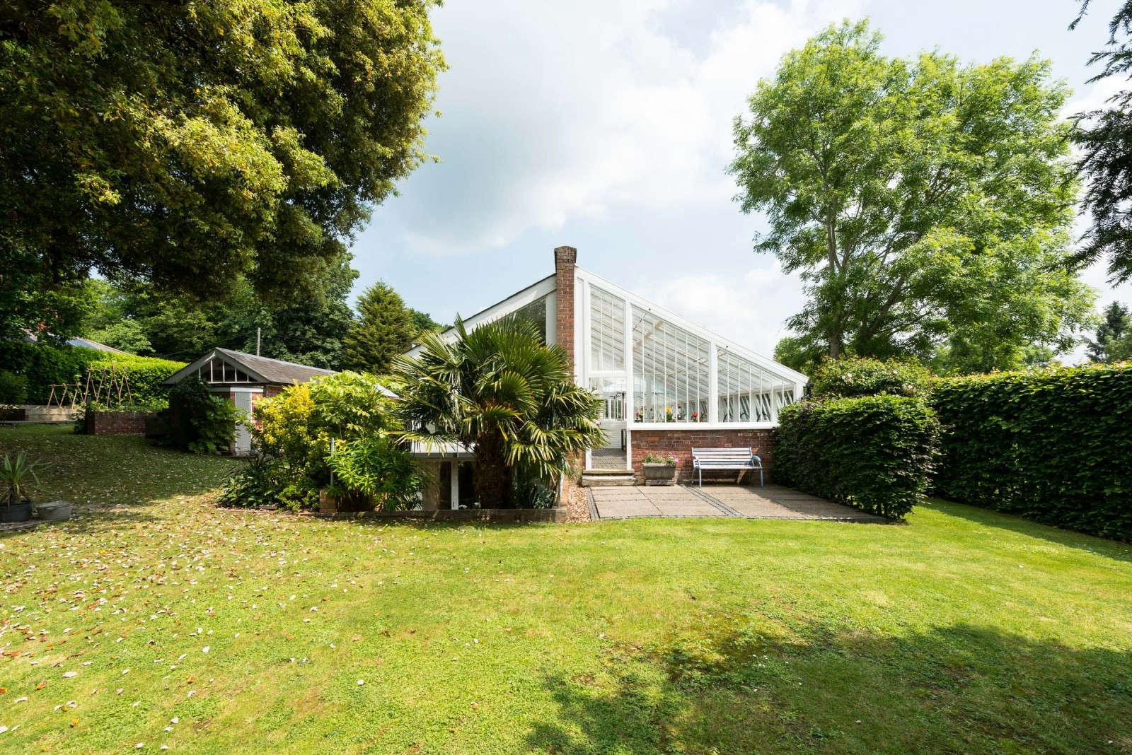 greenhouse-conversion-kent-the-modernhouse-lawn-2