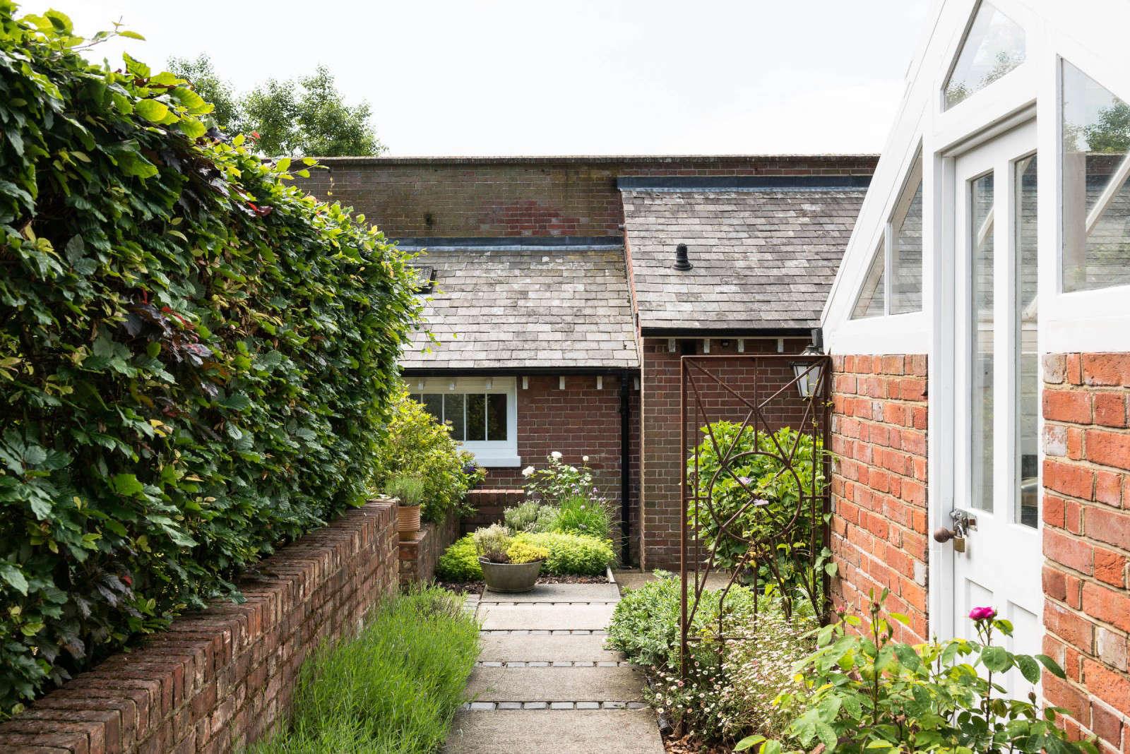 greenhouse-conversion-kent-themodernhouse-brick-wall-5