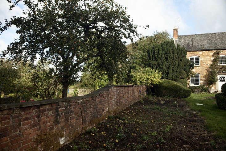 nancy-lancaster-garden-northamptonshire-apple-tree-brick-walls-jim-powell