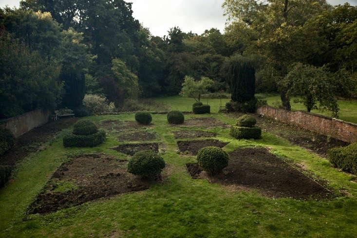 nancy-lancaster-garden-northamptonshire-brick-walls-jim-powell
