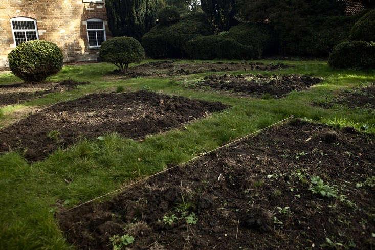nancy-lancaster-garden-northamptonshire-parterre-lawn-edging-jim-powell