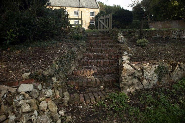 nancy-lancaster-garden-northamptonshire-parterre-retaining-walls-brick-stairway-gate-facade-jim-powell