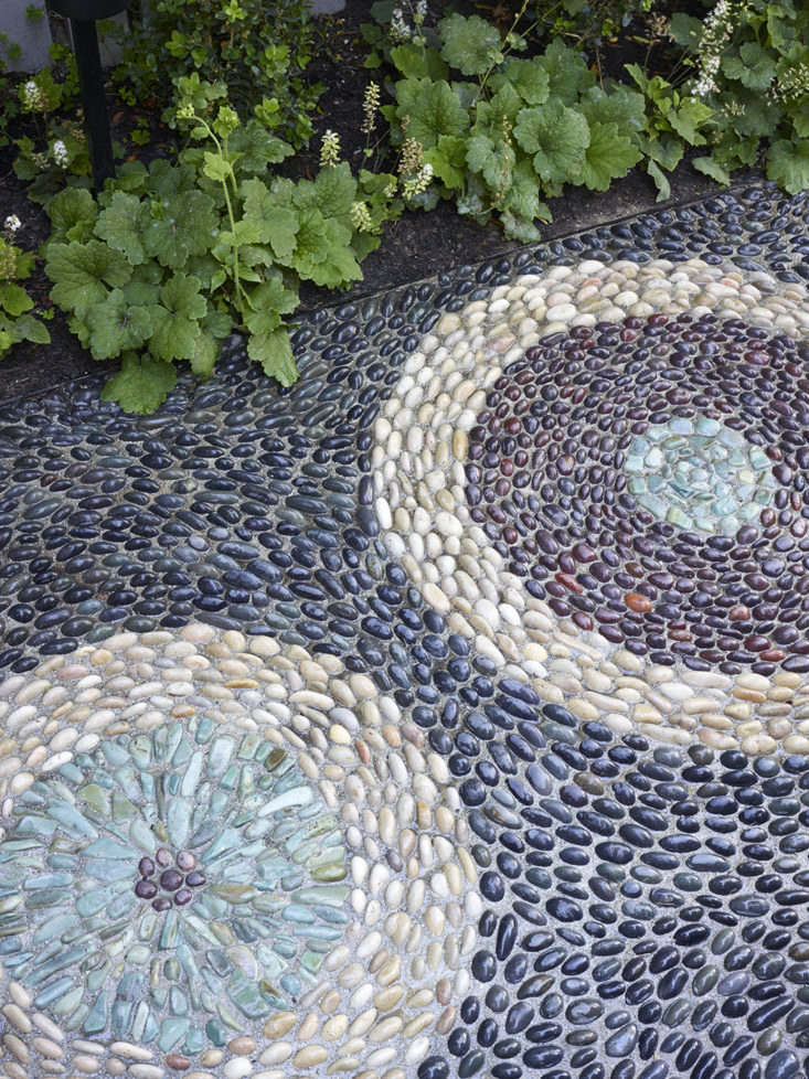 A detail of the risseu treatment in a San Francisco landscape. See more of this pebble mosaic path inMission Accomplished: A Modern Mosaic Garden in SF, by Monica Viarengo.Photograph byMarion Brenner.