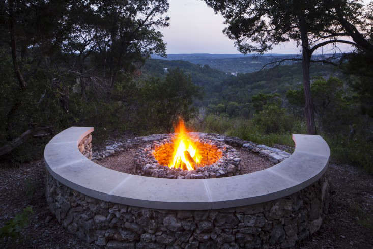 Bee-Cave-Tait-Moring-Austin-firepit-DB-Gardenista-e1464918058318