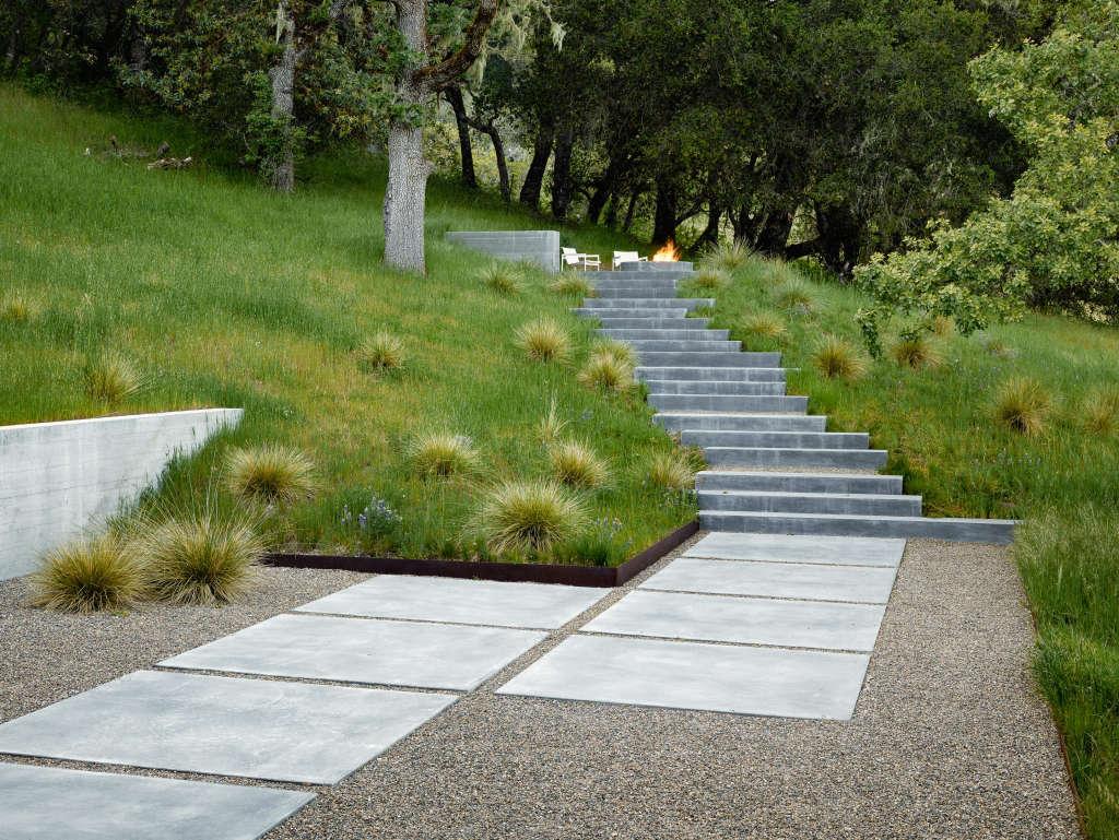 "Landscape architect Bernard Trainor chose ""Sierra tan"" gravel to temper the bright sunlight in a client&#8"