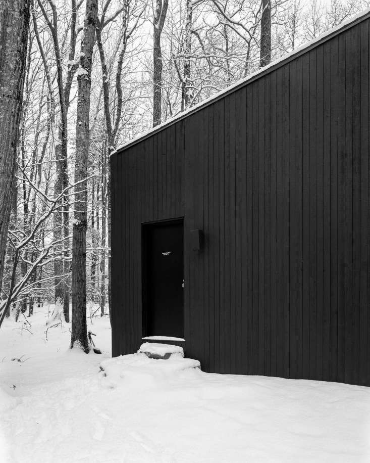 In addition to salvaged red oak, thecabin is also made from cedar cladding and black-stained plywood (to give it a charred shou sugi ban look).