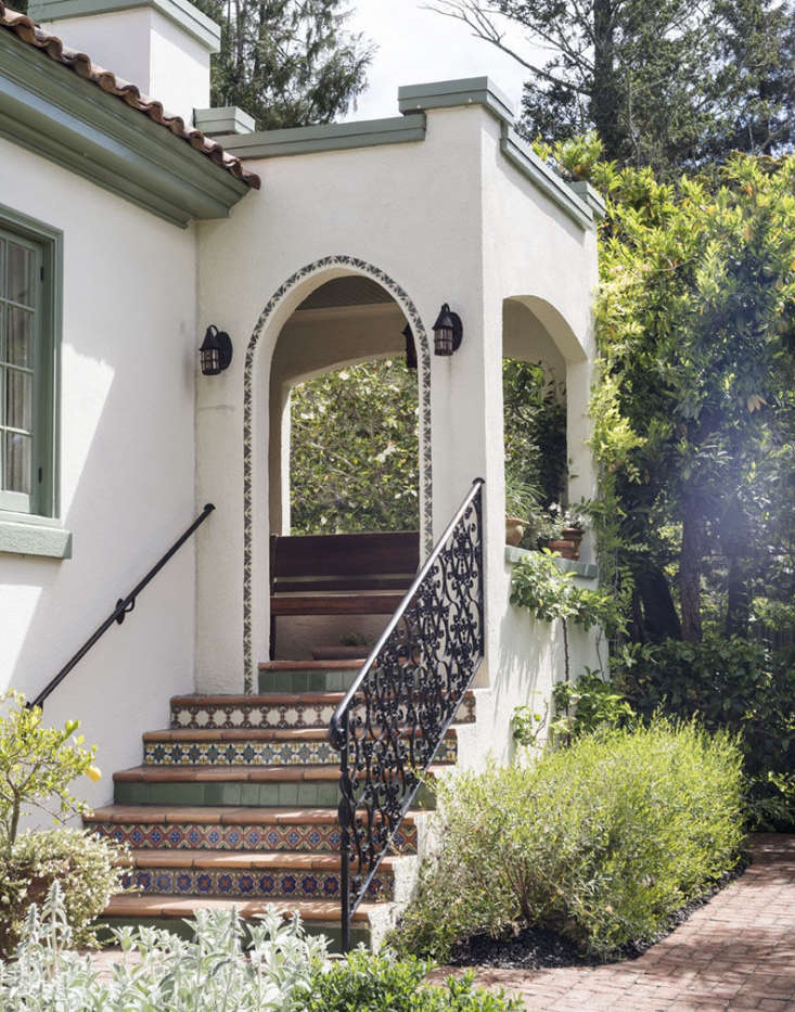 A tiled entry stairway complements the stucco facade of Gardenista editor in chief Michelle Slatalla&#8