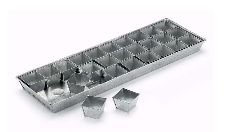 The smaller cultivation tray has 30 pots for seedlings. &#8\2\20;With its noticeably narrow dimensions, the smaller tray can easily be placed next to any windowsill, so that you, for example, can grow tomatoes in your apartment instead of out on the deck,&#8\2\2\1; says Manufactum.