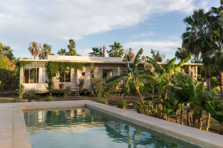 Because the property is in a flood plain, Jolietand LA-based architect HervéDaridan decided to position the house on the highest point on the lot. From its perch, the house floatslike an island surrounded by luxurious vegetation.